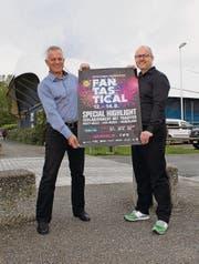 Werben für das nächste Fantastical: Präsident Markus Baiker und Geschäftsführer Thomas Gut. Im Hintergrund sieht man das Ausseneisfeld der Bodensee-Arena. Dieses wird zur Alpenrock-Arena. (Bild: Nicole D'Orazio)
