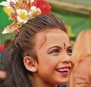 Strahlendes indonesisches Mädchen vor seinem Auftritt. (Bild: Max Eichenberger)