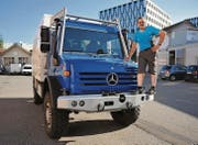In über 2000 Arbeitsstunden hat Jonas Schneider den Unimog-Kleinlastwagen zu einem Wohnmobil für Fernreisen ausgebaut. (Bild: mge)