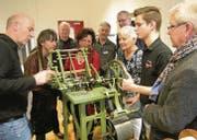 Ausbildner Silvio Delgrosso (links) und Lehrling Dario Staub (rechts) demonstrieren die wieder funktionsfähige Henri-Levy-Fädelmaschine. (Bilder: Otmar Elsener)