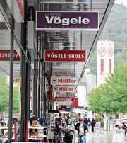 Der traditionelle Schriftzug Charles Vögele verschwindet demnächst in Buchs und Haag. (Bild: Thomas Schwizer)