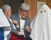 Das Gespenst sorgt für schlechtes Gewissen bei der erbgierigen Claire (Rita Oswald) und für Mut beim unter dem Pantoffel stehenden Ehemann Ottokar (Ruedi Ambühl). (Bild: Margrith Pfister-Kübler)
