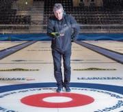 Mark Callan besprenkelt das Curlingfeld. Ein Arbeitsschritt, den er laufend wiederholt. (Bild: Urs Bucher)