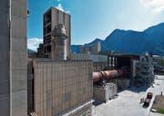 Ein Werk von Holcim im Kanton Graubünden: Der Zementriese ist eines von 54 Unternehmen, die derzeit beim Schweizer Emissionshandels-system mitmachen. (Bild: Gaëtan Bally/Keystone (Untervaz, 15. Mai 2012))