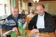 Rudolf Moser mit dem amtierenden Geschäftsführer der Elektra Fischingen, Ruedi Amrhein. Zusammen repräsentieren sie 60 Jahre der 110-jährigen Werksgeschichte. (Bild: Christoph Gmünder)