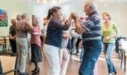 Monatlicher Tanznachmittag im Vita Tertia: Die Senioren bleiben vor allem dank Partnerwechseln geistig fit. (Bild: Hanspeter Schiess)
