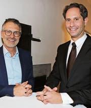 Stolpersteine bei Immobiliengeschäften vermeiden: Rechtsanwalt Samuel Mäder (links) und Daniele Marino, Leiter der Migros Bank Wil, plädieren für transparente Verhältnisse. (Bild: Hans Suter)