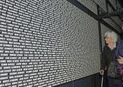 Die Gedenktafel mit den Namen der Opfer. (Bild: imago)
