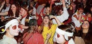Die Maskenballbesucher geniessen die ausgelassene Stimmung in der Turnhalle von Oberaach. (Bilder: tgplus.ch/ Chris Marty)
