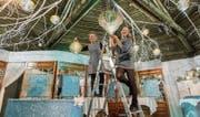 Letzte Handgriffe vor der heutigen Premiere: Gabi Federer (links) und Tochter Jeannine dekorieren den Eispalast. (Bild: Hanspeter Schiess)