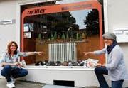 Deborah Angehrn (links) und Erika Müller (rechts) vor einem der dekorierten Schaufenster der teilnehmenden Detaillisten. (Bild: Rudolf Hirtl)
