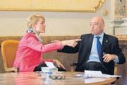 SVP-Nationalrätin Natalie Rickli und Daniel Jositsch (SP) streiten sich in der Wandelhalle des Bundeshauses über die Pädophilen-Initiative. (Bild: freshfocus/Christian Pfander)