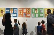 Die Schüler standen während der Vernissage für interessierte Besucher neben ihren Bildern und Skulpturen, um darüber Auskunft zu geben. (Bild: Mengia Albertin)