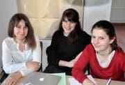 Stecken mitten in der Produktion des 31. Werdenberger Jahrbuchs: Redaktionsleiterin Sarah Mehrmann und die beiden Redaktorinnen Caroline Schärli und Claudia Finkele (von links). (Bild: PD)
