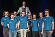 So sehen Sieger aus: Die U17-Wasserballer tragen Ruderer Nico Stahlberg auf ihren Schultern. (Bild: Reto Martin)
