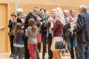 Der künftige Stadtpräsident Wolfgang Giella mit Frau und Töchtern nach Verkündigung des Wahlsieges. (Bild: Hanspeter Schiess)