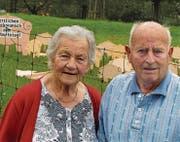 Monika und Ernst Hunkeler vor den 90 nachts aufgestellten Glücksschweinchen von Schreiner Bantli. (Bild: Ernst Hunkeler)