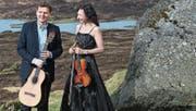 Die Schweizerin Monika Stauss Joensen (Violine) und der Fähringer Ólavur Jacobsen (Gitarre) musizieren gemeinsam. (Bild: PD)