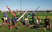 Mit unterschiedlichsten Flugzeugtypen posieren Vereinsmitglieder auf ihrer «Homebase», der Flugpiste Schollenwis in Eschlikon. (Bilder: Christoph Heer)