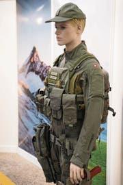 Eine Puppe trägt das modulare Bekleidungs- und Ausrüstungssystem (MBAS). (Bild: PETER SCHNEIDER (KEYSTONE))