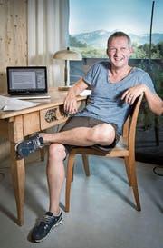 Simon Enzler bei der Arbeit in seinem Büro.