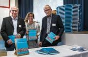 Gewähren einen Blick in das Tübacher Leben von früher: Fredi Kurth (l.) und Notker Angehrn mit Projektleiterin Birgit Koster Schöb. (Bild: Jil Lohse)