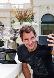 Roger Federer mit der Norman-Brookes-Trophäe vor dem Government House in Melbourne. (Bild: AP)