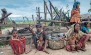 Eine Rohingya-Familie wartet auf den Transport zu einem Flüchtlingscamp, nachdem sie vier Tage im Freien verbracht hatte. (Bild: Dar Yasin/AP (Palong Khali, 19. Oktober 2017))