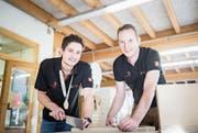 Sven Bürki und Swiss-Skills-Experte Tobias Hugentobler in der Werkstatt von Hugentoblers Betrieb in Braunau. (Bild: Thi My Lien Nguyen)