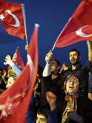 Jubelnde Erdogan-Anhänger in der Nacht auf Montag. (Bild: Tolga Bozoglu/EPA (Istanbul, 16. April 2017))