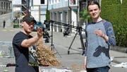 Produzent Noah Röthlisberger bespricht sich vor dem Dreh mit seinem Regisseur Valentin Burell. (Bild: Mario Testa)