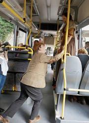 Szene im Bus: Mischa Löwenberg als Carlo und Ramona Fattini als Martha. (Bild: PD)