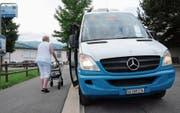 Die Haltestelle beim Haus Wieden in Buchs verfügt als eine der wenigen im Werdenberg über eine 22-Zentimeter-Kante, was den Ein- und Ausstieg mit Rollator und Rollstuhl erleichtert. (Bild: Hanspeter Thurnherr)