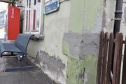 Auf allen Seiten des Bahnhofsgebäudes in Wienacht-Tobel blättert die Farbe ab, sind Fenster, Türen und Läden marod. Der Wartesaal, wo kein Licht mehr brennt, ist ähnlich heruntergekommen. (Bild: Monika Egli)