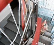 Die Trennlinie zwischen Weiss und Grau markiert den Pegelstand, der zweite Teil der Kellertreppe steht vollständig unter Wasser.