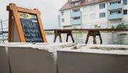 Das Restaurant Schiff in Berlingen mauert gegen das Hochwasser und mixt die passenden Drinks dazu. (Bild: Andrea Stalder)