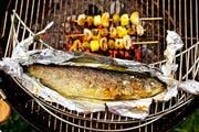 Fisch mit Zitrone und Salz: Gerade saure Gerichte eignen sich für die Zubereitung in Alufolie weniger. (Bild: Foodcollection/Getty)