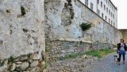 Oben wird die Mauer durchgebrochen; von einer Plattform führt die Treppe hinunter. (Bild: Max Eichenberger)