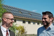 Die Sonne scheint: David Dünnenberger, Leiter Energiemarkt der Werkbetriebe, und Daniel Moos, Leiter Energieprojekt der Werkbetriebe, haben gut lachen. Im Hintergrund die neue Fotovoltaik-Beteiligungsanlage auf der Trafostation Oberwiesen. (Bild: Mathias Frei)