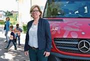 Die interimistische Schulpräsidentin Renata Franciello vor einem Schulbus in Märwil. (Bild: Mario Testa)