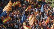 Spanische, katalanische und europäische Fahnen gaben bei der gestrigen Demonstration den Ton an. (Bild: Toni Albir/EPA (Barcelona, 29. Oktober 2017))