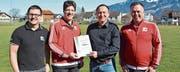 Niklaus Lippuner und die Vereinsverantwortlichen FC Grabs bei der Überreichung des Zertifikats. (Bild: PD)