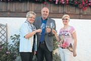 Orlando Simeon mit seiner Frau Barbara (links) sowie Louise Blanc Gähwiler (neues Mitglied der GPK) vor dem «Rössli» in Kirchberg. (Bild: Ursula Ammann)