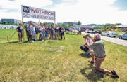 Die Belegschaft der Schreinerei Wüthrich posiert anlässlich des Spatenstiches für die Presse. (Bilder: Olaf Kühne)