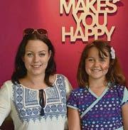 Melanie Wenger, Betreiberin der UNQ-Bar, mit ihrer Tochter Dana. (Bild: Thomas Geiser)