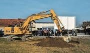 Rund 100 Schaulustige, Genossenschafter und Handwerker wohnen dem Spatenstich bei. (Bild: Olaf Kühne)