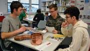 Manuel Hinder (links) erklärt zwei Schülern den Spenglerberuf. (Bilder: Gianni Amstutz)
