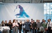 «Hier bin ich zu Haus»: Das ganze Ensemble stimmt Albert Hammonds «Zermatt-Lied» an. (Bild: Mareycke Frehner)