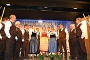 Der Jodelklub Alvier, Leitung Timo Allemann (ganz rechts), bei der diesjährigen Unterhaltung im Seveler Gemeindesaal. (Bild: Adi Lippuner)