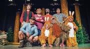 Die acht Narren auf der Bühne: Pascal Furrer, Urs Wolfender, Bernhard Lussi und Kurt Kasper (hinten) sowie Ruedi Wolfender, Markus Baiker, Rolf Uhler und Alex Wannenmacher (vorne). (Bild: Andrea Stalder)
